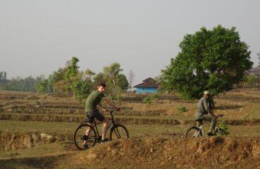 met de mountainbike door Kanha bufferzone ©All for Nature Travel