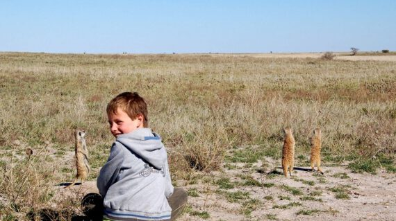Tim bij stokstaartjes Kalahari ©All for Nature Travel